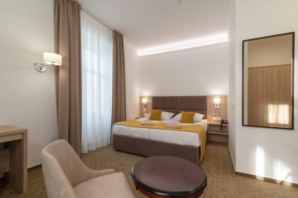 NOVO – popolnoma prenovljene sobe v letu 2019 – STANDARD COMFORT (ex hotel Styria). Sobe so opremljene v modernem stilu in po novem tudi klimatizirane.